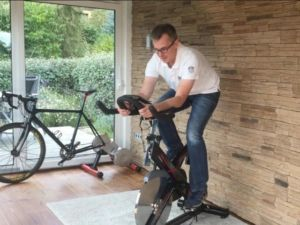 Sportliche Sitzposition auf einem Indoor Cycle