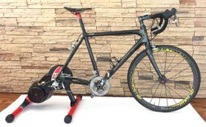Rennrad mit einem Direktantrieb-Rollentrainer von Elite