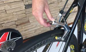 Öffnen der Rennradbremse am Exzenter