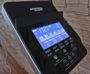 Das Bild zeig den Trainingscomputer des Miweba ME500 mit großer Tabletablage
