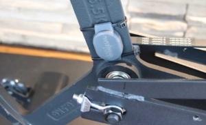 Das Bild zeigt den Wahoo Bluetooth-Geschwindigkeistsensor am Indoor Bike