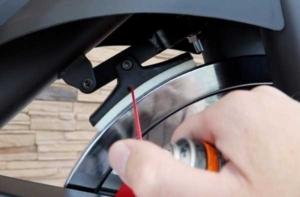 Das Bild zeigt die Wartung der Bremse mit Öl.